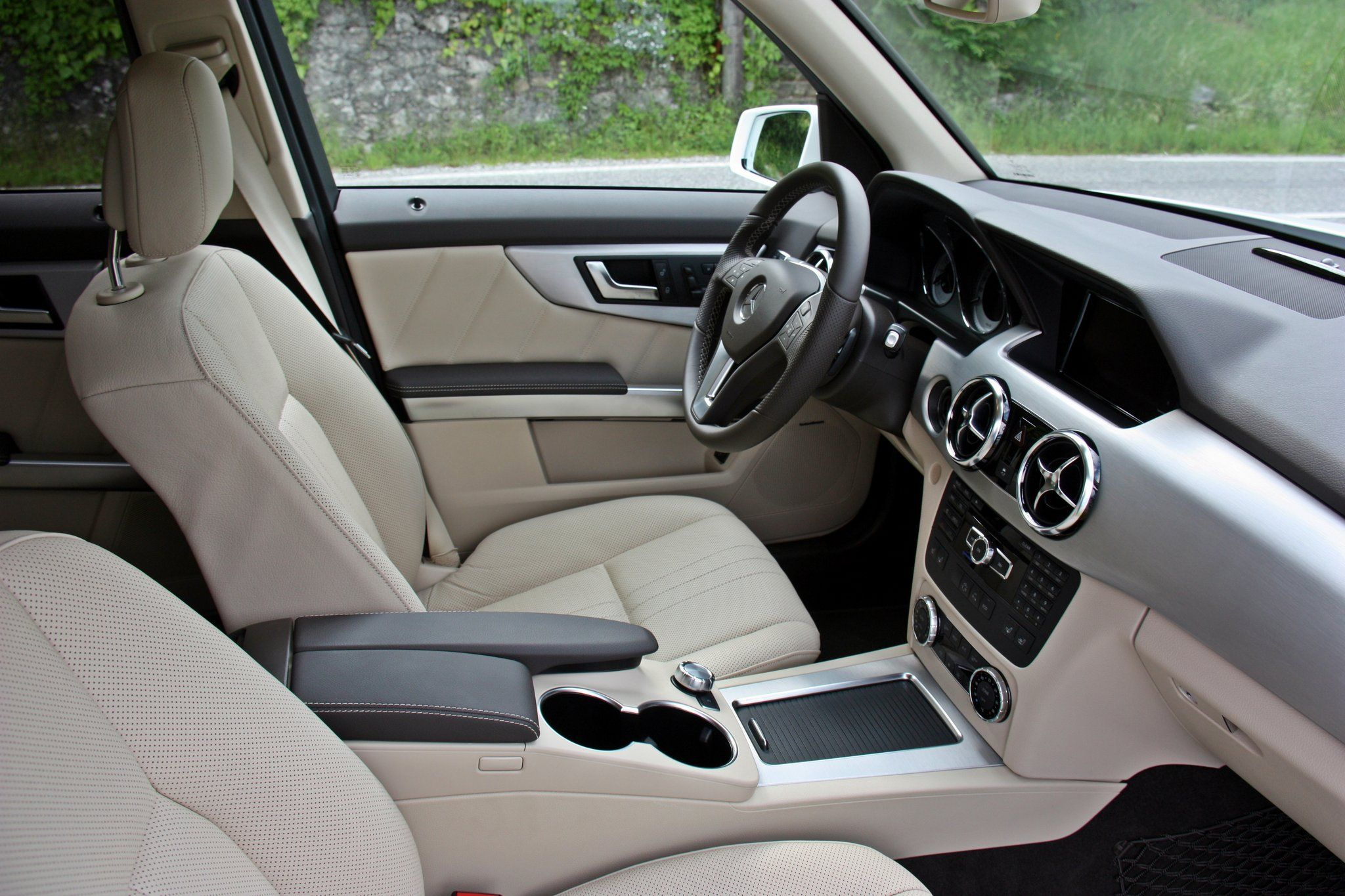 """GLK 250 BlueTEC 4MATIC. Fuel consumption combined: 6,5 - 6,1l/100 km, CO2 emissions combined: 169 - 159 (g/km). The data do not relate to an individual vehicle and do not form part of the offer; they are provided solely for the purposes of comparison between different types of vehicles. The figures are provided in accordance with the German regulation """"PKW-EnVKV"""" and apply to the German market only. #mbhess #mbcars #mbglk"""