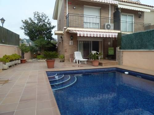 Casa Mar Caldes d'Estrac Situated in Sant Vicen? de Montalt, this air-conditioned holiday home features a terrace. The property is 35 km from Barcelona and boasts views of the mountain. Free WiFi is featured throughout the property.  The kitchen has a dishwasher and an oven.