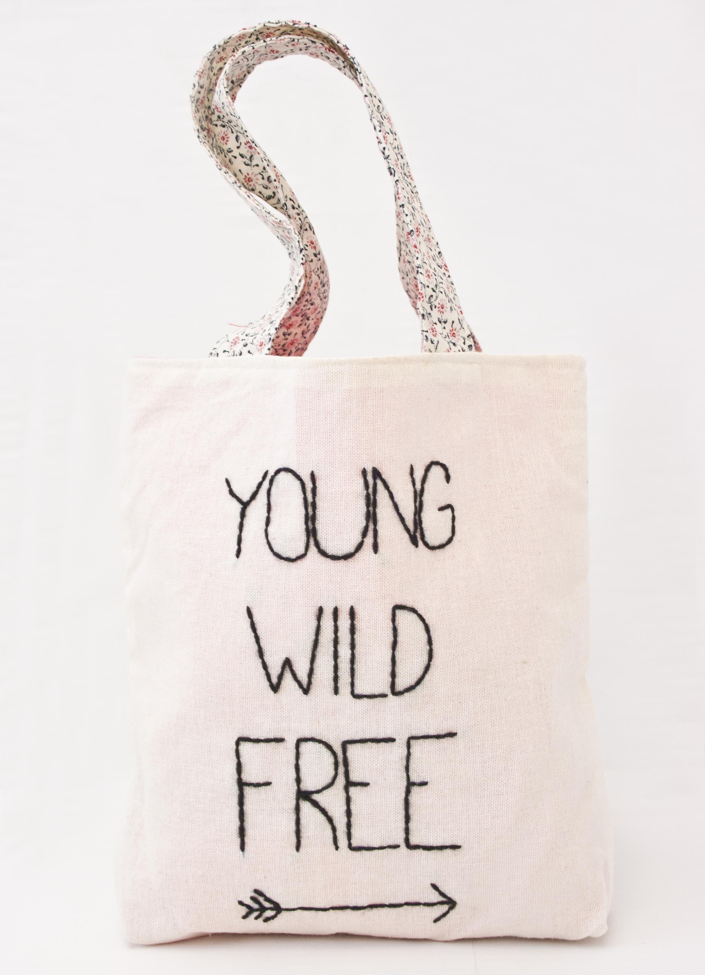 Bolsa transportadora de juguetes, de lienzo, con forro rosa y manijas floreadas, bordado a mano. Medidas: 15 x 25 cm Peso: 60 gr