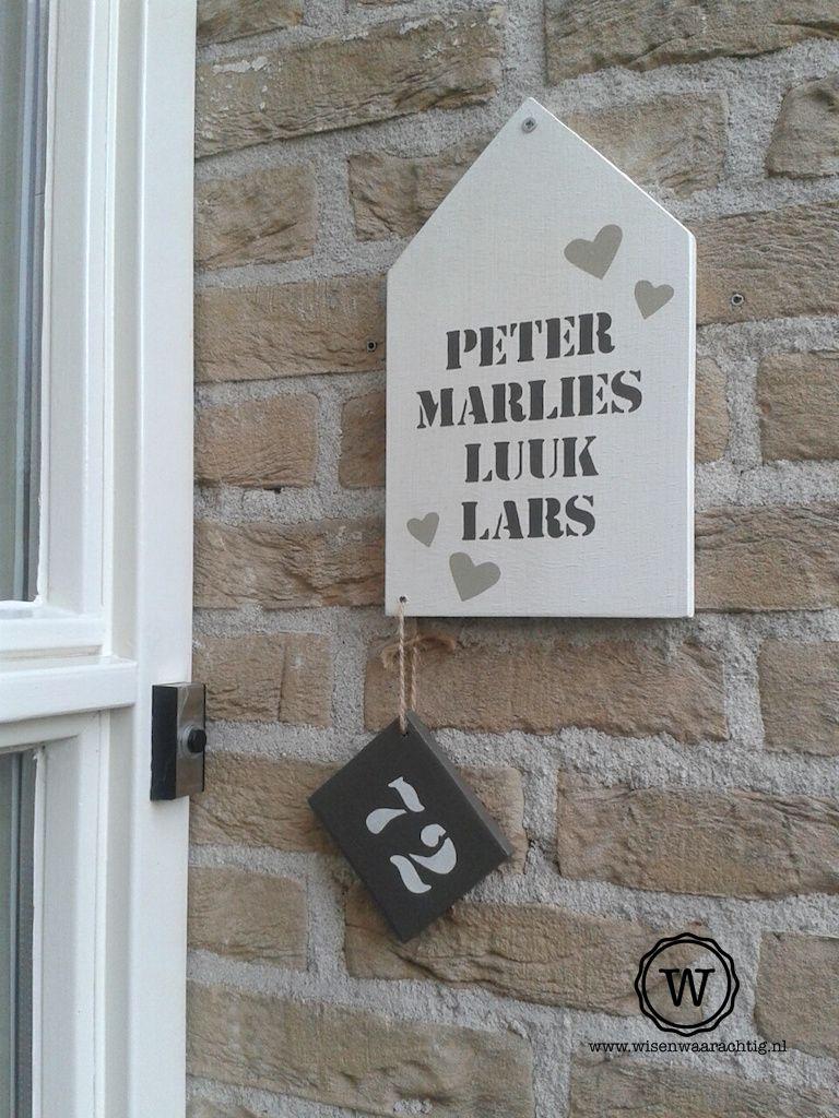 Voorkeur Houten huis met namen als bordje bij de voordeur. | voordeur @RW39