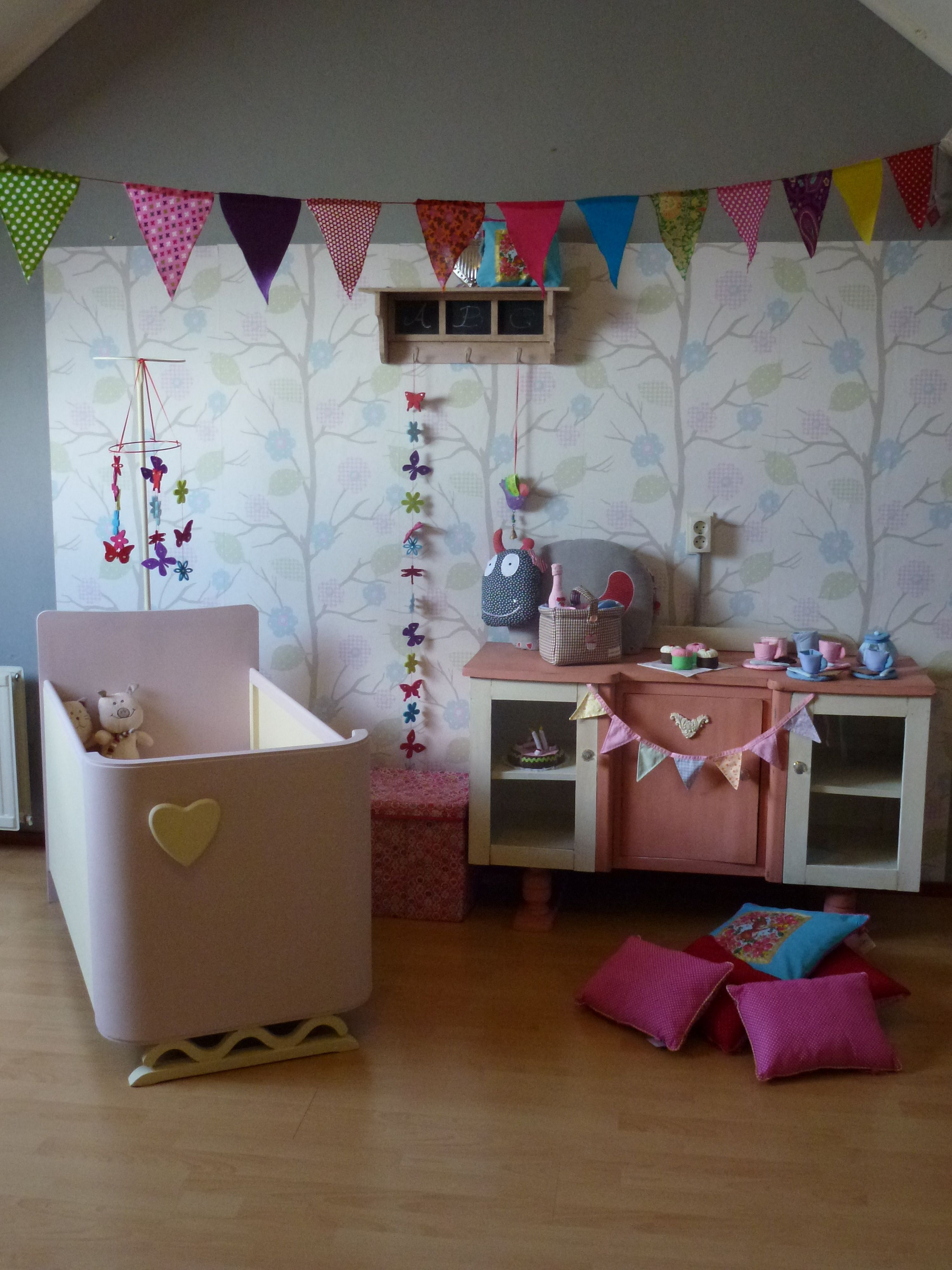 Unieke brocante kindermeubeltjes.  Te koop bij Kidzz & Toys. Marie Brocante