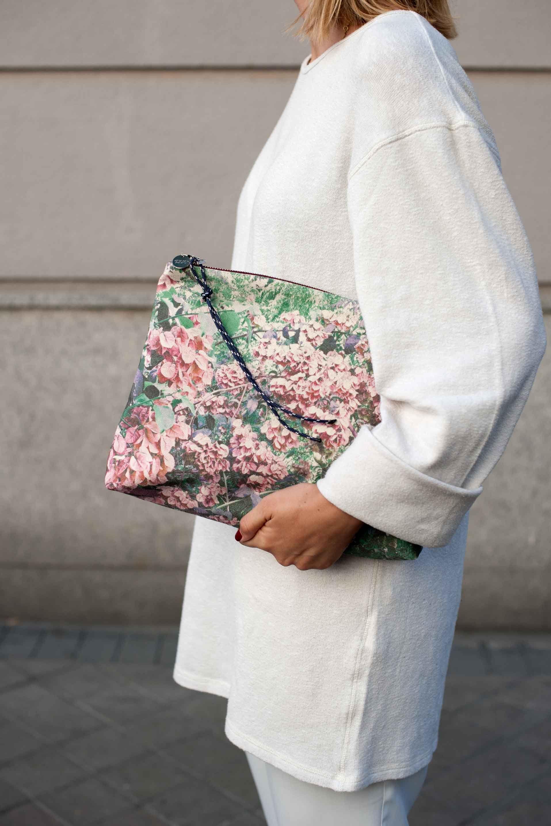 eb3090ae0 Pouch, bolso de mano, de algodón estampado Dalmatia. Hecho en España.  Envíos 24-48h - ZUBI