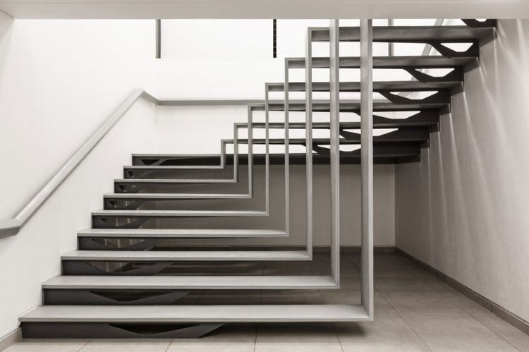 treppe erzielt durch seine formgebung optische t uschung. Black Bedroom Furniture Sets. Home Design Ideas