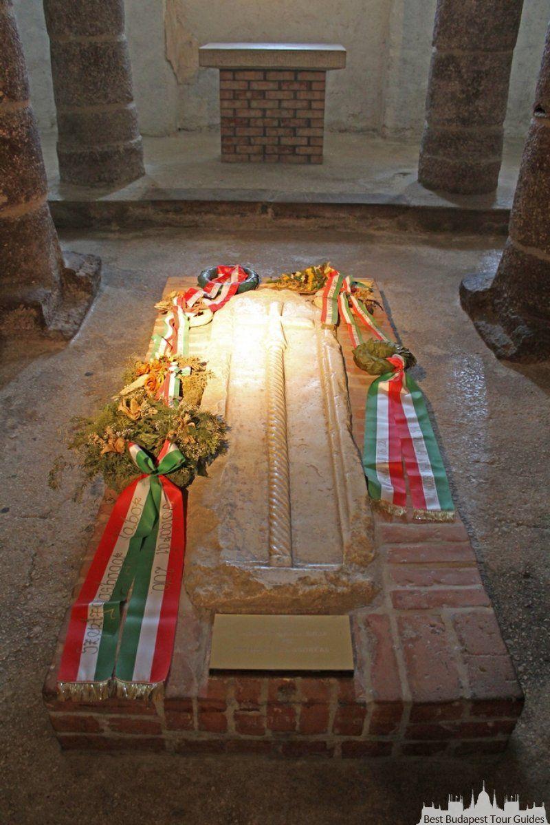 Le tombeau original d'un roi Hongrois a Tihany, Lac Balaton, Hongrie. Tour au lac Balaton en Hongrie: http://bestbudapesttourguides.com/fr/choisir_un_guide-page-3/katalin_zoesomfai-guide-31/