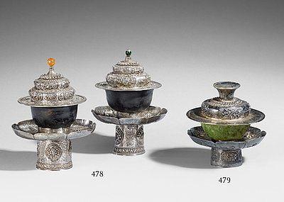 Paar Teeschalen mit Stand und Deckel. Steinzeug und Silber. Tibet. Wohl frühes 20. Jh. Gebot Lot 478 -  Jade-Teetasse, auf Silberstand mit Deckel. Tibet Gebot Lot 479