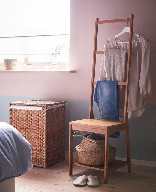 Una Sedia Portasciugamani Utilizzata Per Appendere I Vestiti
