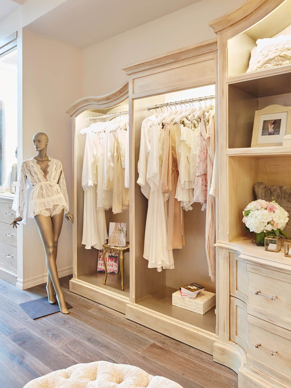 Naked princess flagship boutique bridal display for Boutique decoration