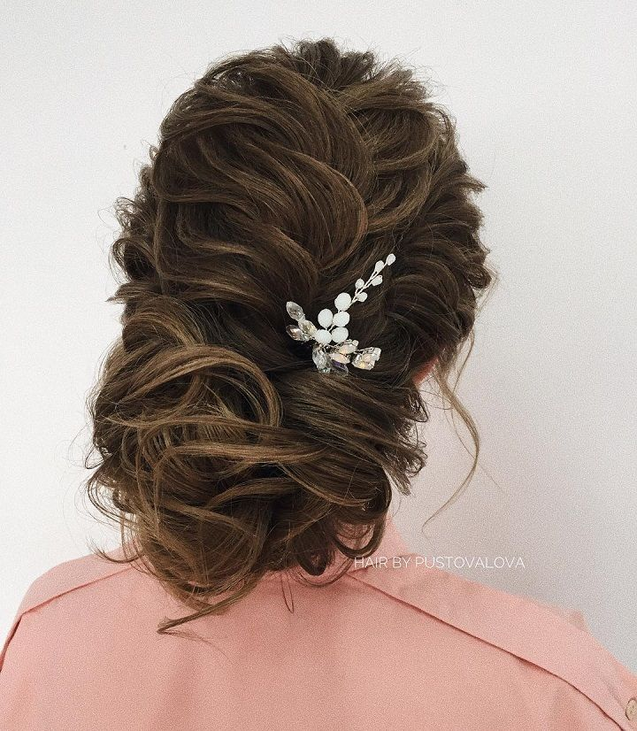 Beautiful wedding updo hairstyle inspiration | wedding updo hair with hair accessories #bridalhair #updo #weddinghairstyle #hairstyles #messyupdohairstyle #messyupdoideas #weddinghairideas #updohairstyles #weddinghairinspiration #weddinghair