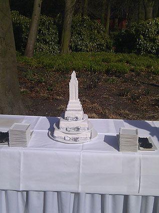 Bruidstaart met een heel bijzondere caketopper: het Empire State Building. Zowel de taart als de topper zijn gemaakt door Meesterbakker van Maanen. Meer info: 071 - 409 13 13