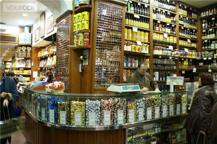 Castroni, il negozio delle meraviglie dove si trova di tutto. Dalle marche più conosciute di cioccolatini italiani, pezzi veri e propri di cioccolato in vetrina agli ingredienti più particolari provenienti da tutto il mondo. Ci sono diversi negozi a Roma, uno è in via Ottaviano.   Sicuramente una tappa veloce da non saltare!  e voi, ci siete mai stati?  http://www.castroni.it/