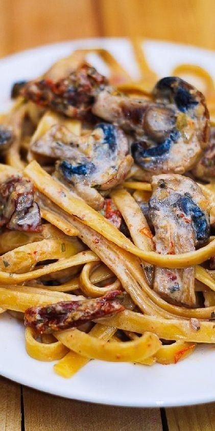 Mushroom and sun-dried tomato noodles with garlic and basil sauce  - Recettes Pour Le Dîner -
