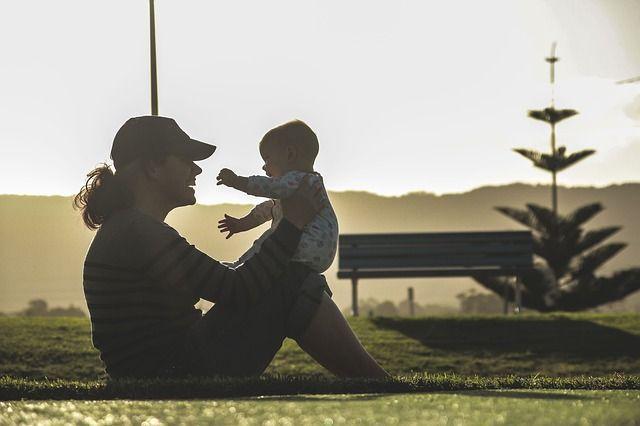 Foto de mamá jugando con bebé