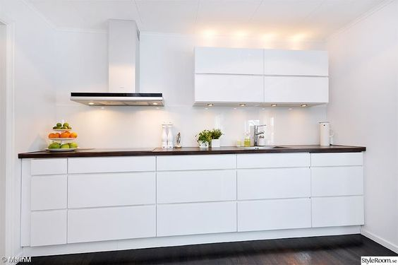 cuisine blanche avec poign es int gr es voxtorp de chez ikea j 39 aime ses lignes pur es et son. Black Bedroom Furniture Sets. Home Design Ideas