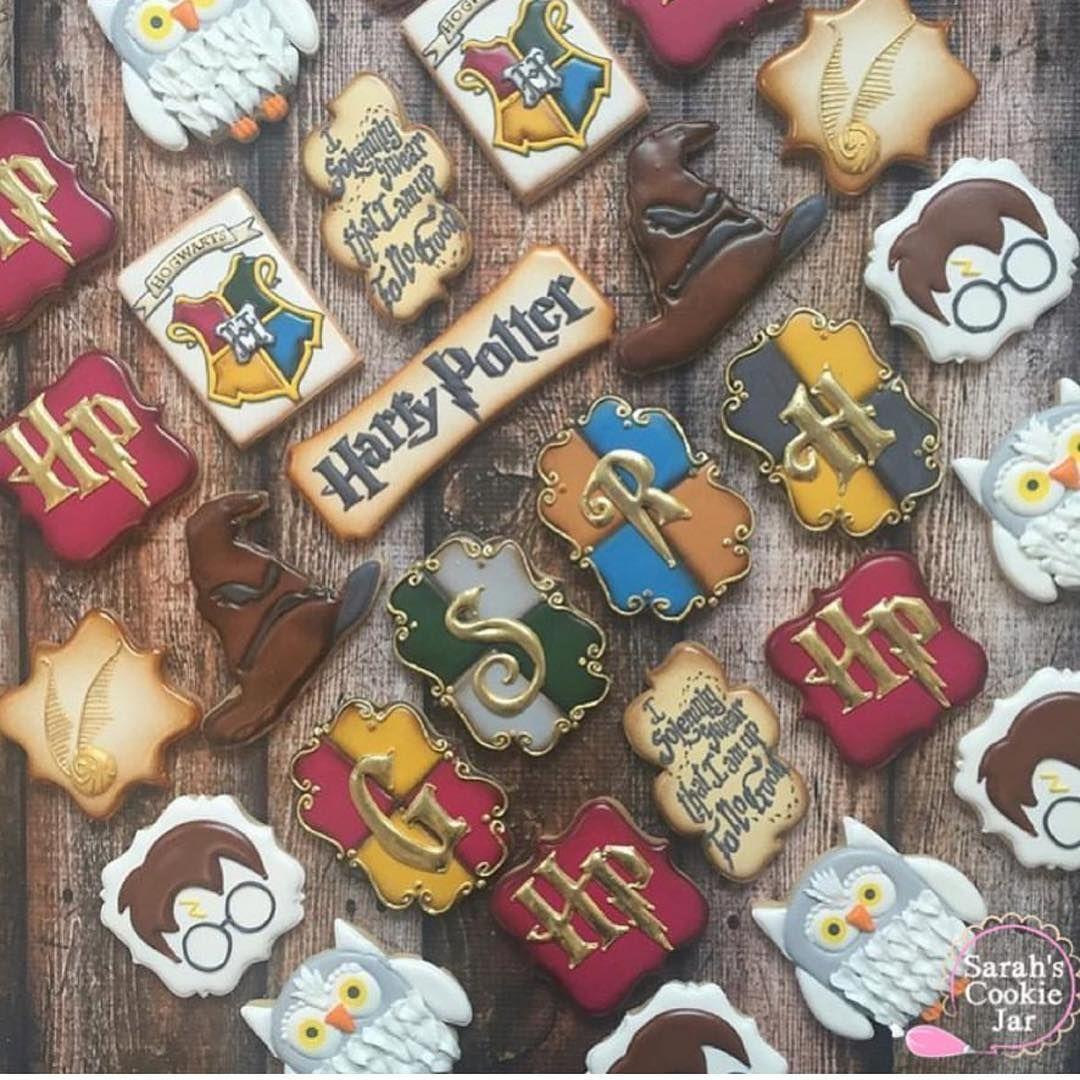"""1,492 curtidas, 32 comentários - @cassianedorigon (@ideiasdebolosefestas) no Instagram: """"Biscoitos Harry Potter. Como não amar? Por @sarahscookiejar. . #ideiasdebolosefestas #harrypotter…"""""""