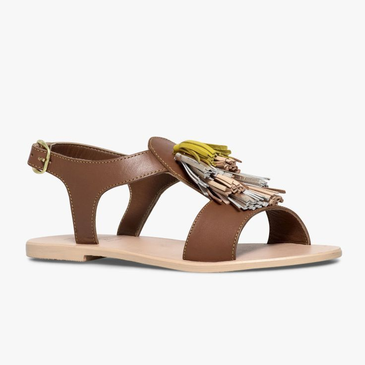 Sandale plate marron en cuir  Une sandale plate originale avec ses pampilles colorées sur le dessus du pied.