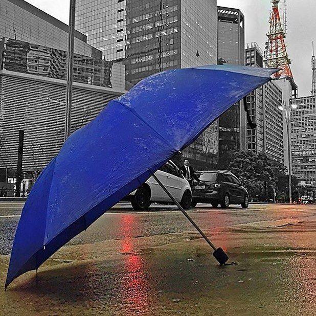 Avenida Paulista by @eraldoazevedo #saopaulocity  Marque suas fotos com #picadeirodoyelp e ela poderá fazer parte da nossa exposição em um evento para mais de 1.000 pessoas com tudo na faixa. O tema é Arte.