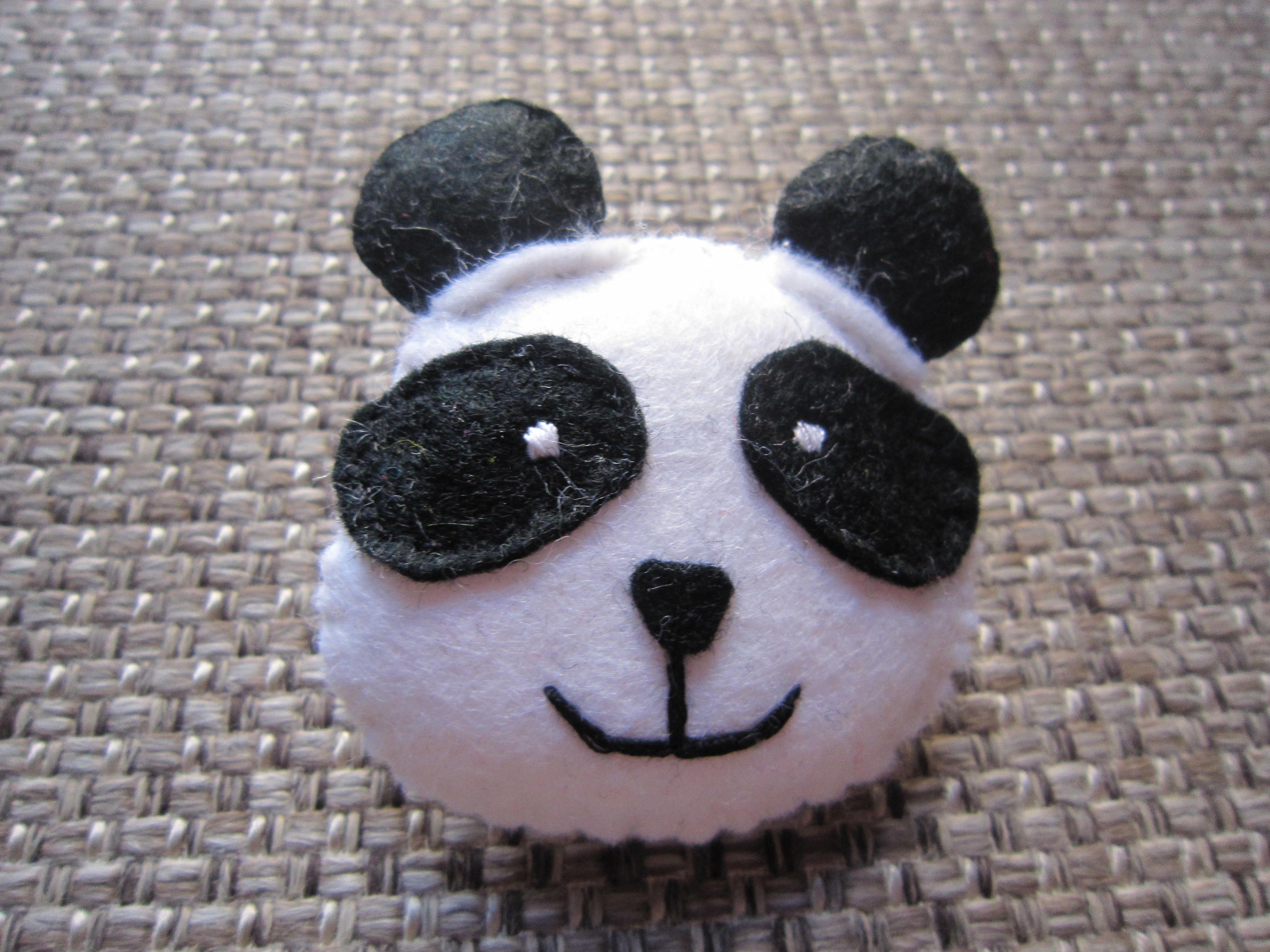Oso panda. Broche en fieltro con relleno. (Panda bear. Soft felt brooch) 5€