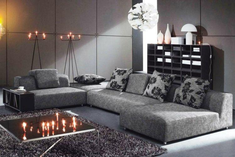 Wohnzimmer In Grau Sofa Idee Kissen Florale Muster Regal Modern