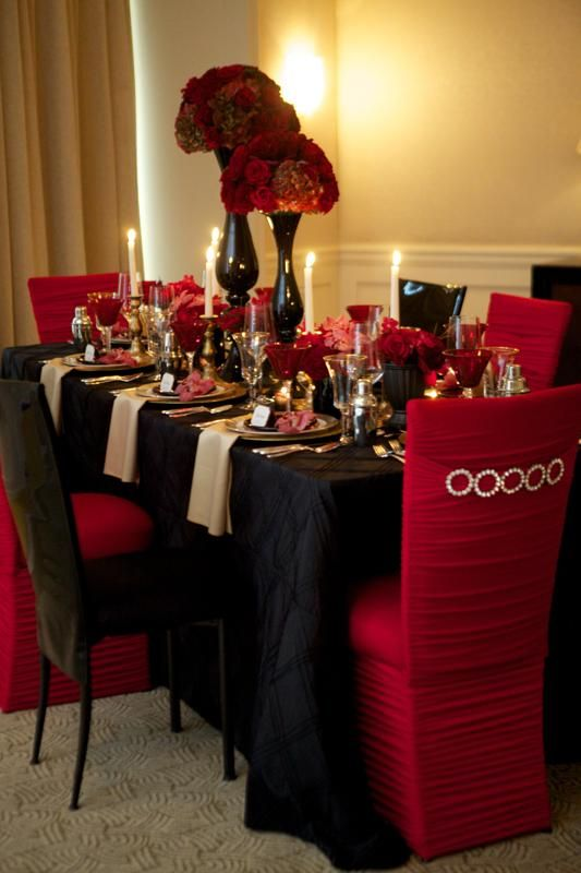 Black, gold and red tablescape - perfect for a big-city glam wedding!