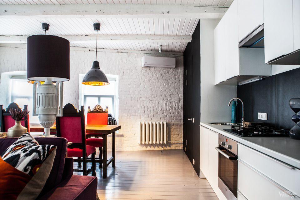 Keltainen talo rannalla: Modernia ja vähän väriä