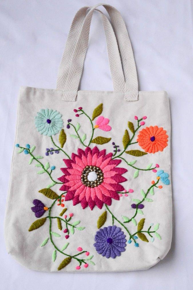 11a5398d0 Bolsos bordados a mano; totalmente artesanal. Estilo Folk para uso  cotidiano; forrados internamente con bolsillo. Tamaño diseño con flores: 37  x 43 cm.