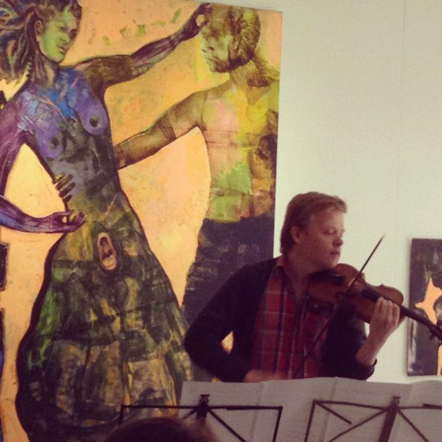 Perjantai, heinäkuun 13. Satunnainen, hetken mielijohteesta tapahtunut piipahtaminen Jyväskylän taidemuseo Holviin toi mukanaan ihastuttavan yllätyksen; Pekka Kuusiston noin 15 minuutin taidehetki oli intensiivinen, jopa maaginen.