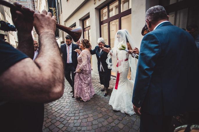 Rukan Und Ogun Hochzeit In Eigener Location Mit Fast 1000 Gasten Hochzeit Brautpaar Hochzeitsfotograf