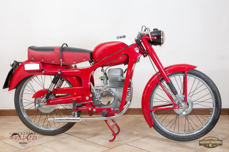 CAPRIOLO 75 TURISMO  Nazione: Italia Tipologia: Turismo Anno: 1952 Tipo di motore: Monocilindro a 4 tempi Cilindrata: 74,6 cc Potenza: 3,5 CV  Cambio: 4 marce Velocità massima: 80 Km/h Colore: Rosso con serbatoio rosso e inserto bianco