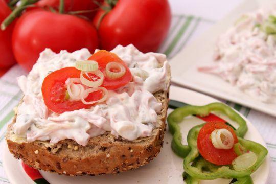 Fleischsalate: Fleischbrät, Gurke und viel Mayonnaise