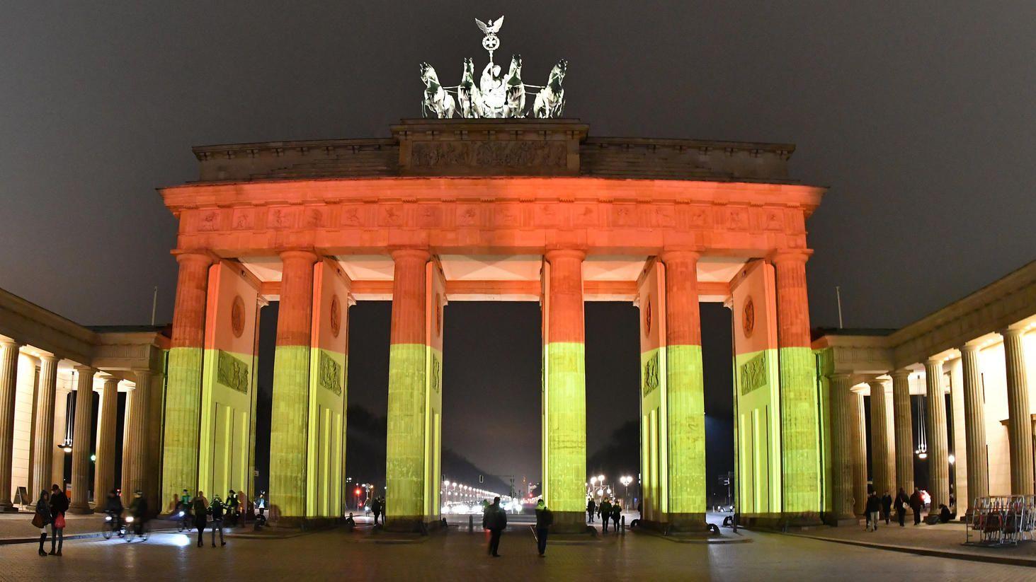 Deutschland Steht Zusammen Brandenburger Tor Erstrahlt In Brandenburger Tor Rot Schwarz Gold Deutschland Berlin Leuchtet In 2020 Germany Emissions Home Decor