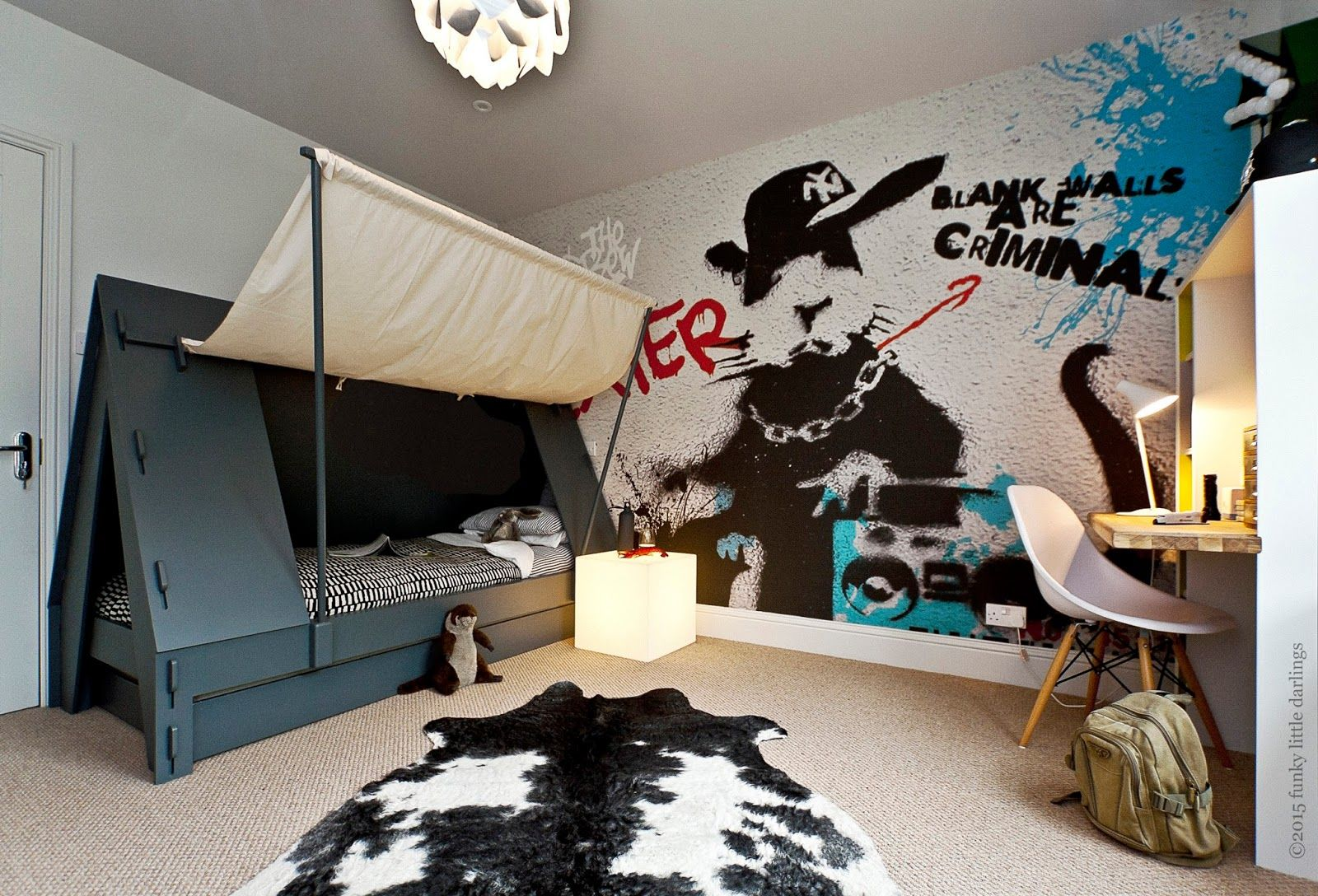 Boys room tent bed and graffiti wallpaper for cool boy s for Cool bedroom wallpaper