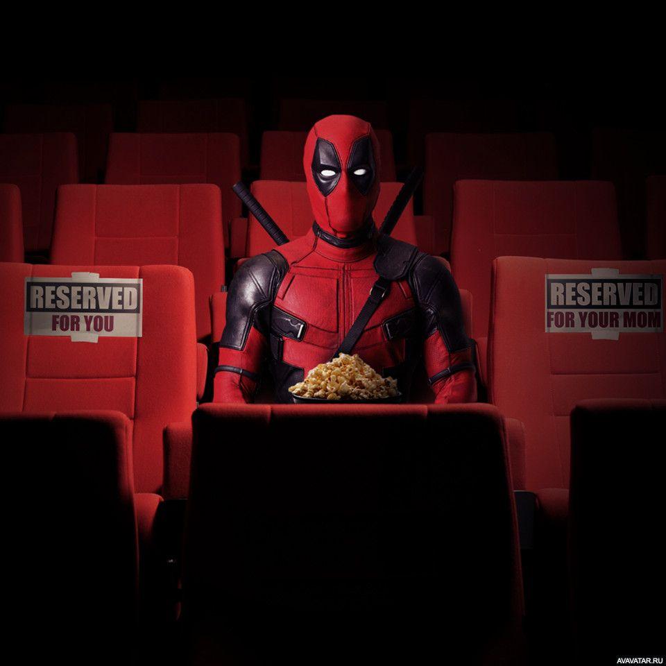Дэдпул с ведром попкорна сидит в кинотеатре | Картинка ...