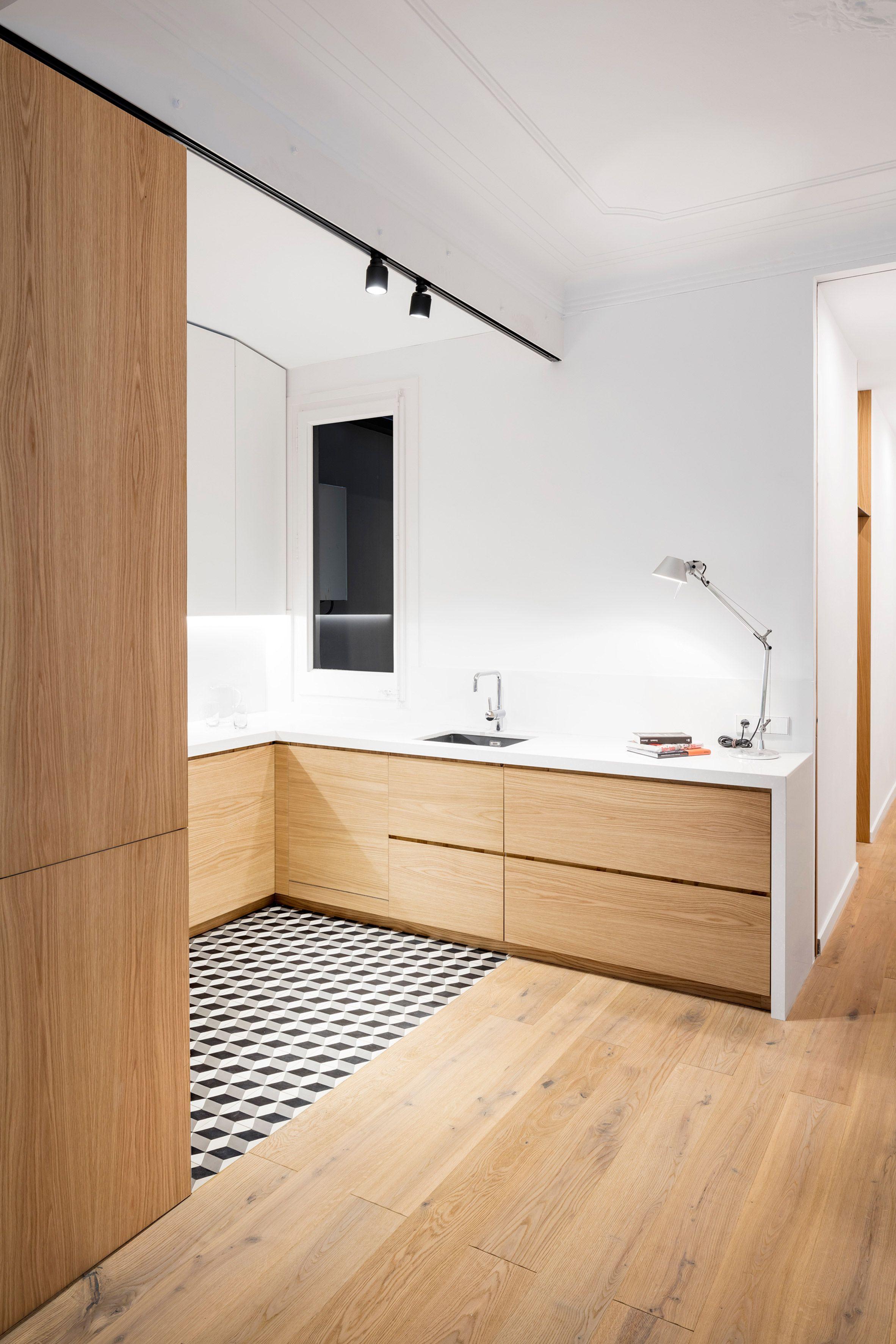 Innenarchitektur für küchenschrank eo arquitectura eschews tiles for timber in barcelona apartment