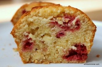 Muffins mit weißer Schokolade und Himbeeren