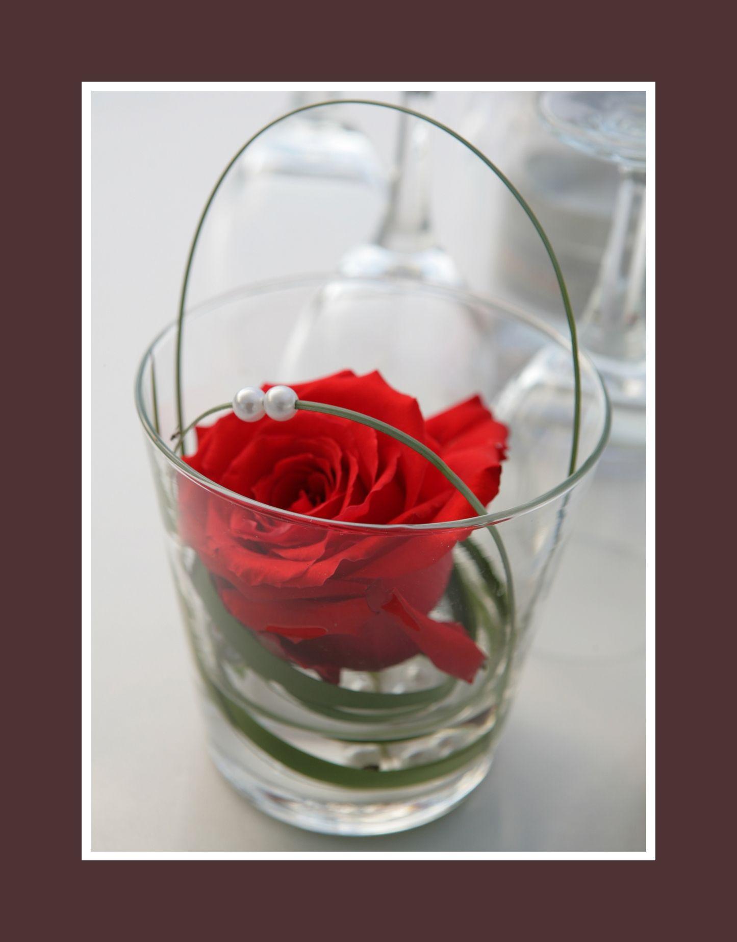 Rote Rose mit weien Perlen  festlich und stilvoll