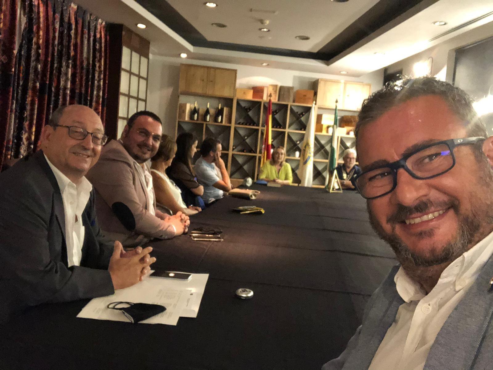 Imad Badour en el cambio de collares del Rotary Club