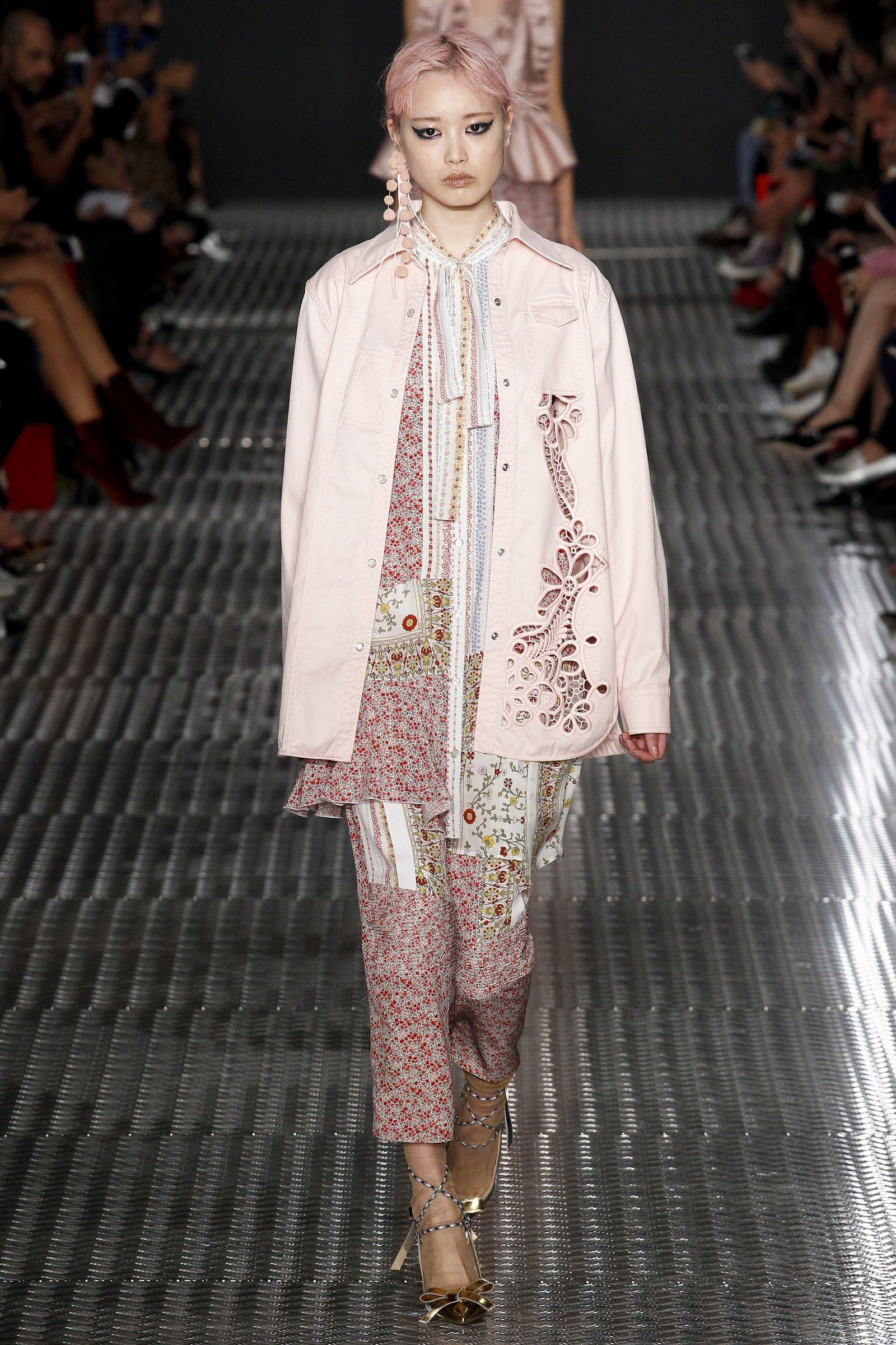 aecb2cf36 The Head-Turning Hair Moment in Milan That Has Us Thinking Pink ...