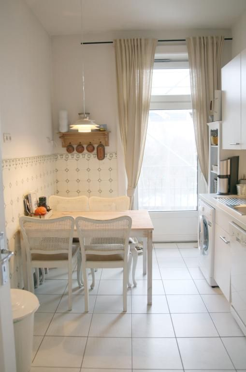Helle Essecke im Landhausstil mit passenden Möbeln und Accessoires - küche landhaus modern