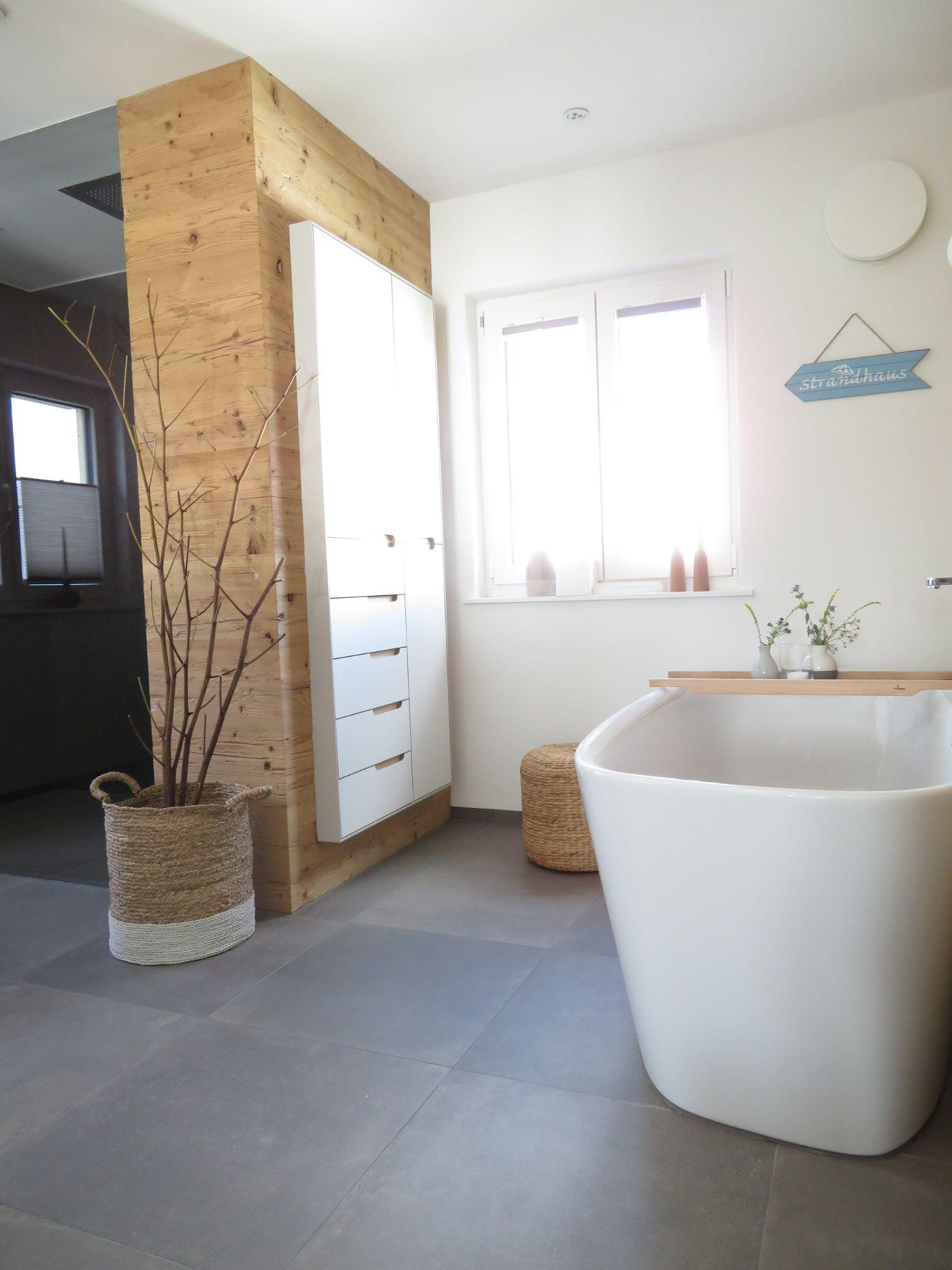 Badezimmer Betonoptik badezimmer altholzwand freistehende badewanne fliesen