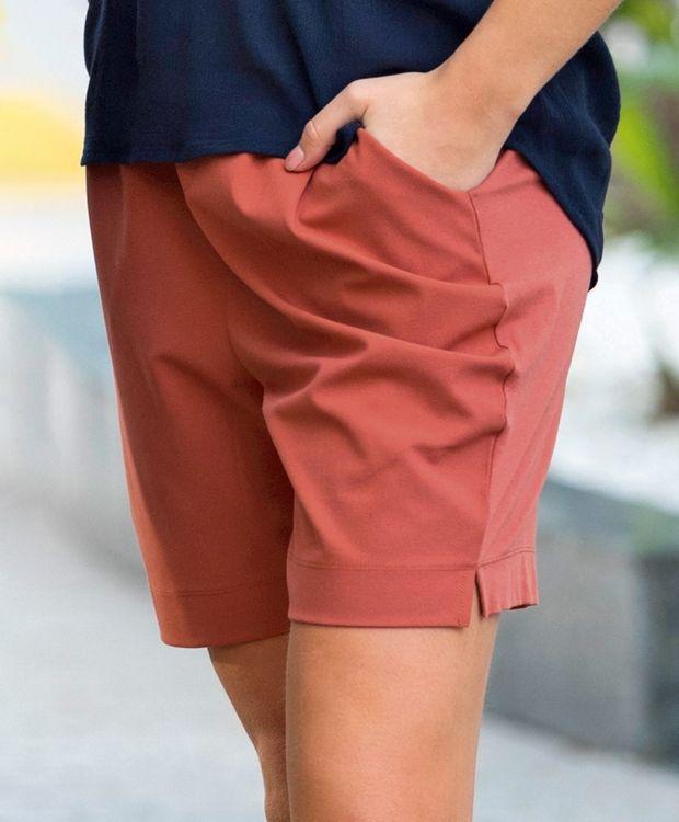 Kaffe Jillian Shorts Lekker shorts med legg i front fra Kaffe. Shortsen har strammesnor og glatt linning i front og elastikk i linning bak. To stikklommer i front og to jukselommer bak. 68%polyester 28%viskose 4%elastan.