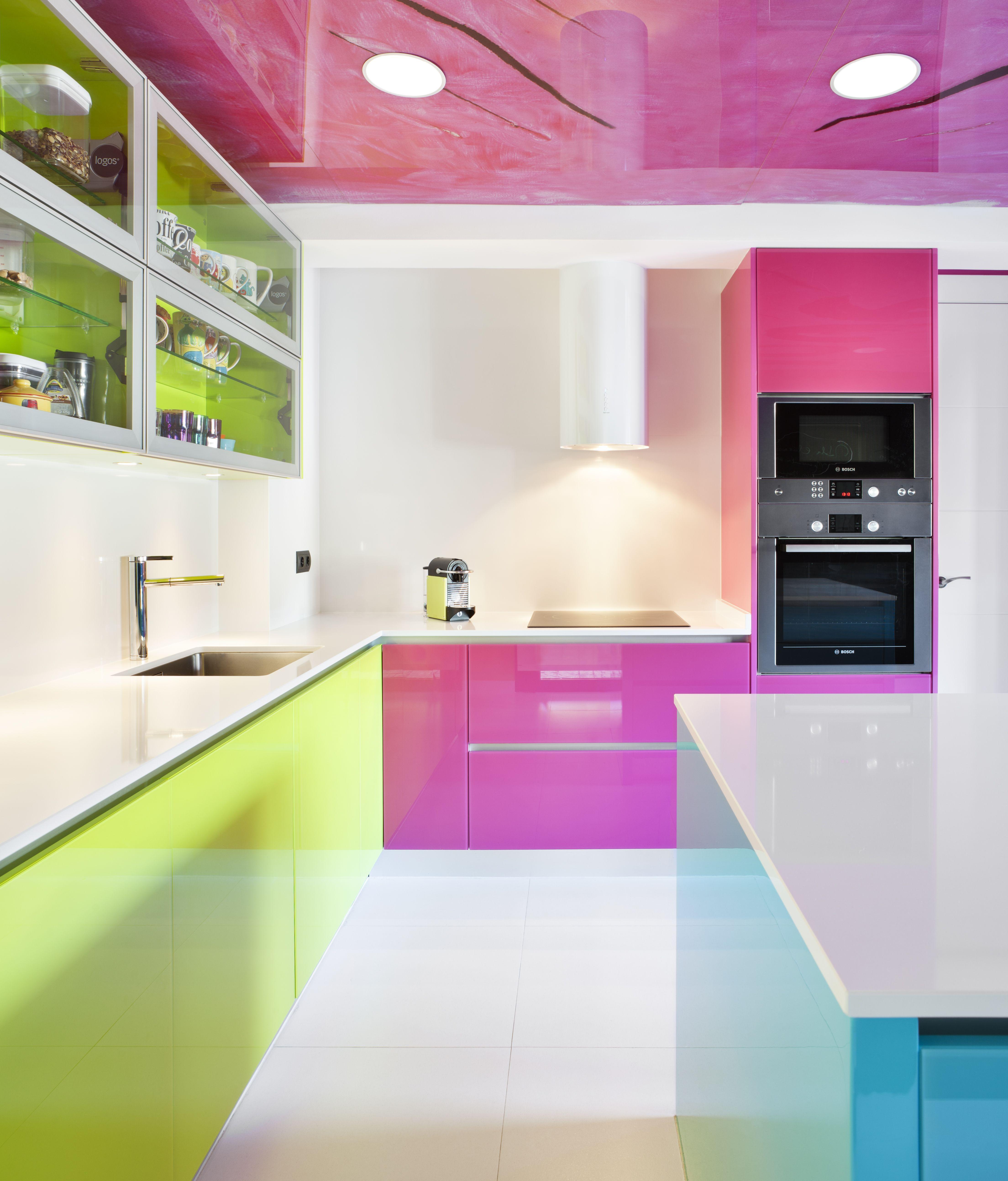 Moretti con logos el color en la cocina cristal lacado fucsia verde lima y azul cielo - Cocinas rosa fucsia ...