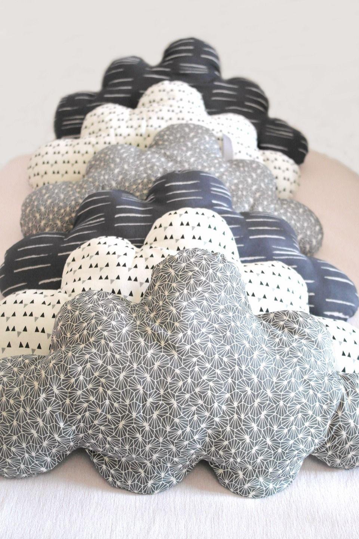 esprit vintage pour ce tour de lit b b volutif en forme de nuages de style scandinaves. Black Bedroom Furniture Sets. Home Design Ideas