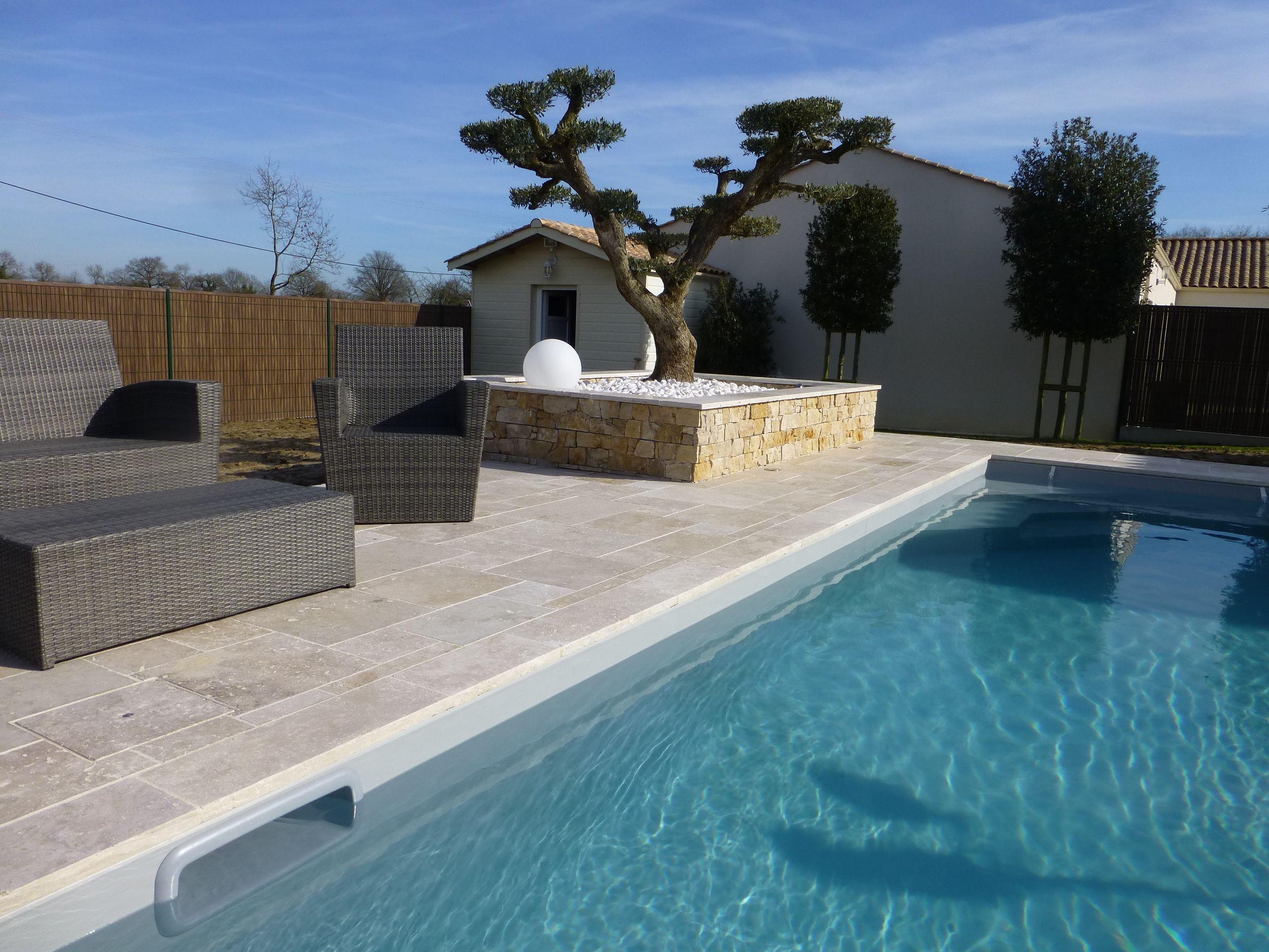 Aménagement de terrasse chic et minimaliste autour d\'une piscine ...