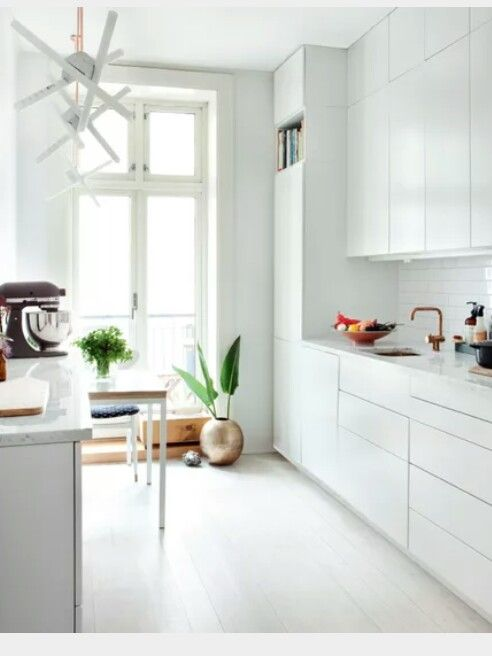 Hvitt kjøkken med hvit marmor benkeplate Kjøkken Pinterest - interieur in weis und marmor blockhaus bilder