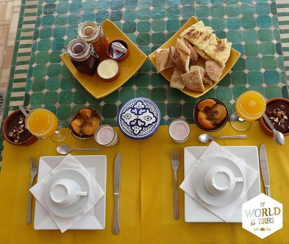 Als ik de volgende ochtend wakker wordt en we op het dakterras plaatsnemen voor het ontbijt, kijken we onze ogen uit. Niet zozeer naar het uitzicht (de schitterende Atlantische Oceaan voor ons is ook prachtig), maar vooral naar de tafel die voor ons staat. Oo-la-la! #Maroccan #breakfast #Marokko #DarAssalama #Morocco #Essaouira #orangejuice #mosaic #mozaiek #Cremebrulee #coffee #yoghurt #recept Reisverhalen en tips (over goede riads en lekker eten) vind je op…