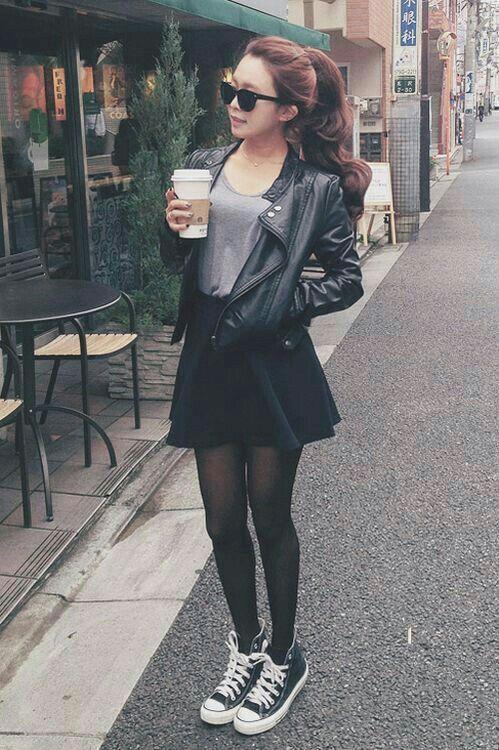 newest cc2f9 7a5ee Falda corte A. Con medias y chaqueta negra Camiseta Gris, Moda Adolescente,  Moda