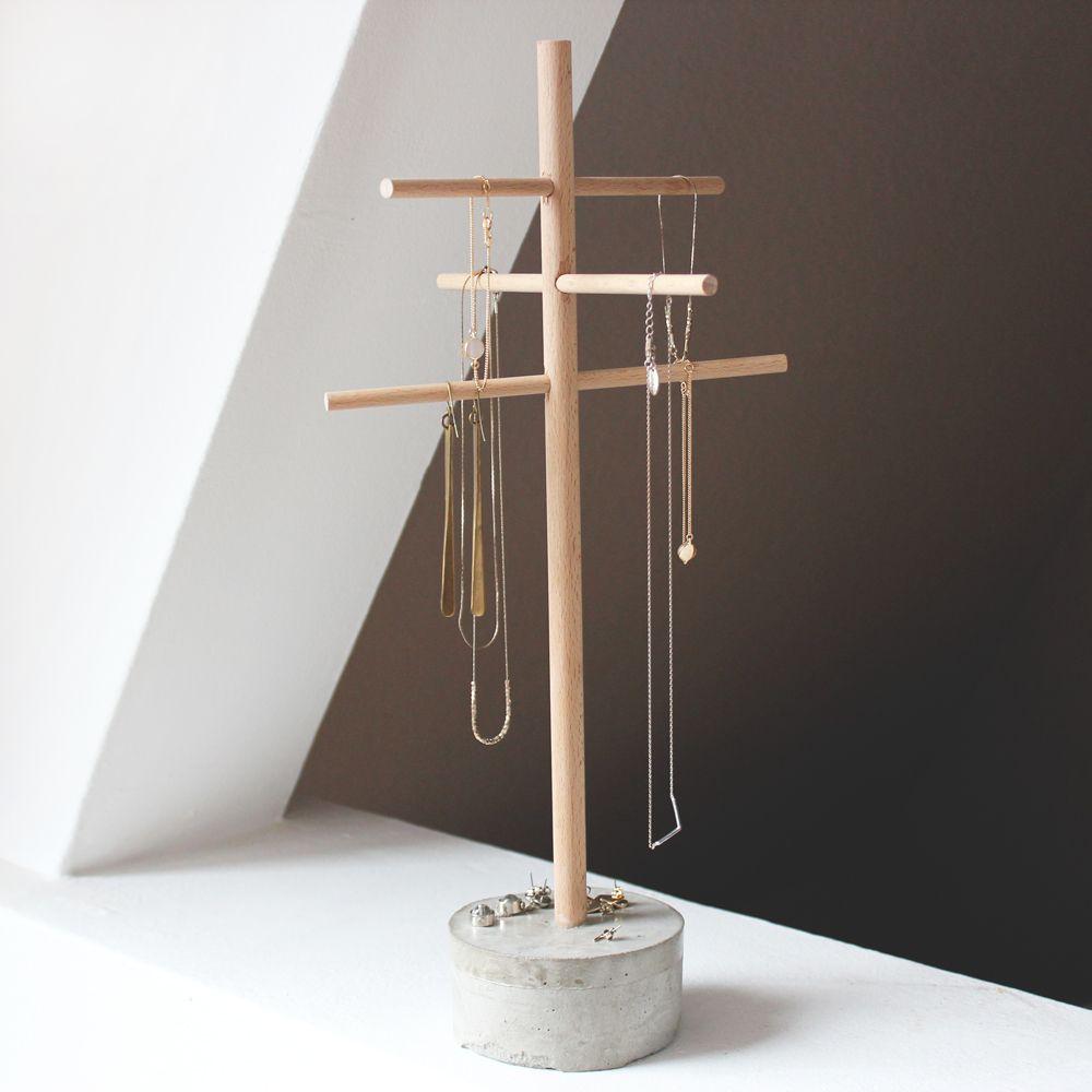 mit dem schmuckbaum aus beton und buchenholz hast du deine liebsten st cke immer sch n im blick. Black Bedroom Furniture Sets. Home Design Ideas