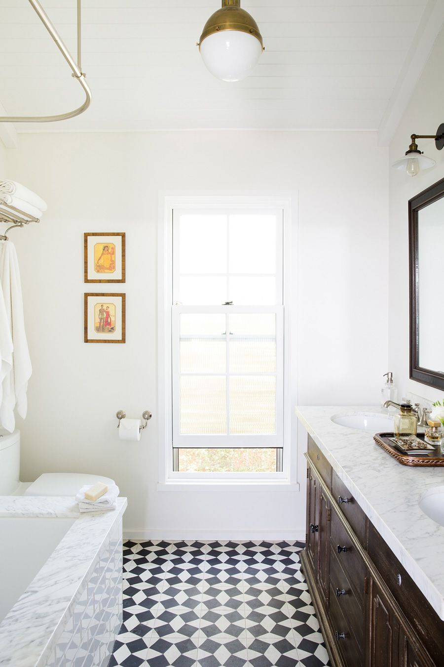 This black and white bathroom perfectly spans timeless and modern ...
