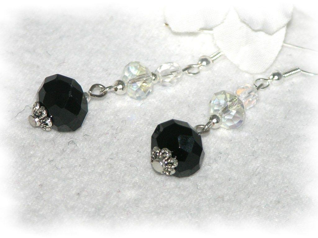 Schlichte Ohrhänger in Schwarz und Kristall, die ein auffallendes Halsgeschmeide nur begleiten sollen.