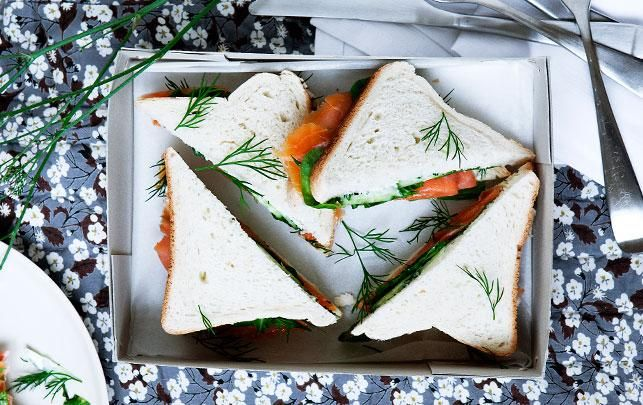 Sandwich med laks, agurk og wasabicreme